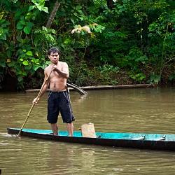 Dayak en canoa