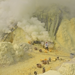 Azufre en crater del volcán Ijen